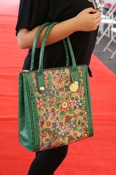 Bolsa pintada no saco de cimento, acabamento couro ecológico