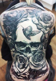 Tato kupu kupu di punggung wanita