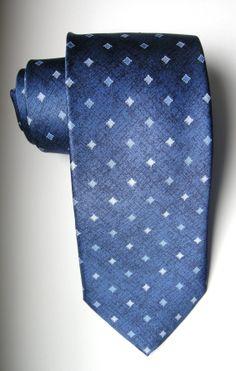 Cravatta azzurra di seta pura stampata con piccoli motivi in color chiaro. Si abbina con esterma facilità. La cravatta azzurra è sempre di moda