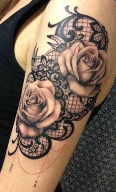 tatouage dentelle bras, dentelle graphique, roses magnifiques et motifs végétaux