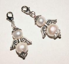 *1 Perlenengel*    Ein verzauberter Augenblick mit diesem hübschen, kleinen Anhänger in Form eines kleinen Engel aus echten, weißen Perlen (Süsswasserperlen, 7mm + 8.5 mm).