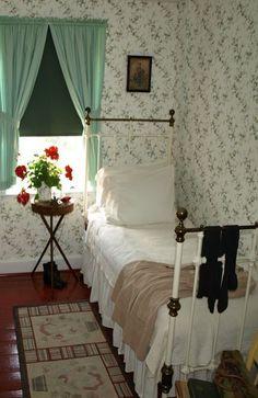 Cute little English cottage style bedroom. Chrisbookarama