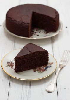This very high vegan and gluten-free chocolate cake will leave you speechless . Vegan Sweets, Vegan Desserts, Raw Food Recipes, Sweet Recipes, Cake Recipes, Dessert Recipes, Bolo Vegan, Vegan Cake, Gluten Free Chocolate Cake