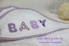 Confeccionamos una capa de baño para bebé, un detalle ideal para un baby shower. Puedes personalizarla con su nombre siguiendo este curso gratis https://www....