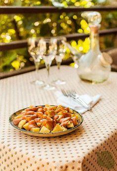 Receta tradicional y sencilla de patatas bravas con la conocida salsa brava típica de Madrid, sin tomate y con pimentón. Madrileña al 100%.