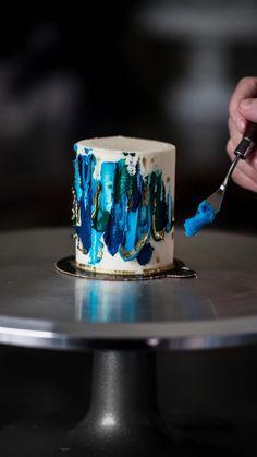 Creative Cake Decorating, Cake Decorating Designs, Cake Decorating Techniques, Cake Decorating Tutorials, Mini Cakes, Cupcake Cakes, Buttercream Cake Decorating, Buttercream Cake Designs, Bolo Chanel