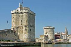 Les tours de La Rochelle, la tour Saint-Nicolas à gauche, la tour de la Chaîne à droite et la flèche de la tour de La Lanterne (Charente-Maritime)