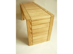 lavička vytvořná ze starých masivních kuchyňských dvířek