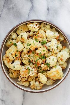 Garlic Parmesan Roasted Cauliflower - cauliflower florets roasted in the oven with garlic and Parmesan cheese. This side dish is healthy, delicious and even the pickiest eater loves this! Roasted Califlower, Parmesan Roasted Cauliflower, Garlic Parmesan, Garlic Cheese, Roasted Garlic, Easy Delicious Recipes, Healthy Dinner Recipes, Cooking Recipes, Cooking Rice