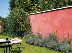 How to dress the wall of your garden? Our ideas in pictures Isoclad® Manhattan project Garden Pool, Balcony Garden, Garden Landscaping, Pintura Exterior, Wall Exterior, Terracota, Garden Architecture, House Wall, Colorful Garden