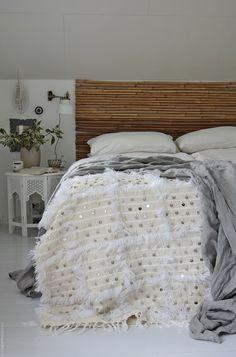 Svenngården: Soverommet kledd for høst, og bok-innrømmelse