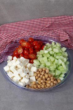 Tomaten-Feta-Salat mit Kichererbsen Tomato Salad Recipes, Coffee Logo, Desert Recipes, Mole, Cobb Salad, Low Carb, Vegan, Cooking, Hui