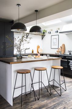 A stylish kitchen island creates a striking focal point within this space, making it perfect for modern family living. Industrial Style Kitchen, Farmhouse Style Kitchen, Modern Farmhouse Kitchens, Rustic Kitchen, Farmhouse Sinks, Modern Industrial Decor, Eclectic Kitchen, Contemporary Kitchens, Contemporary Bedroom
