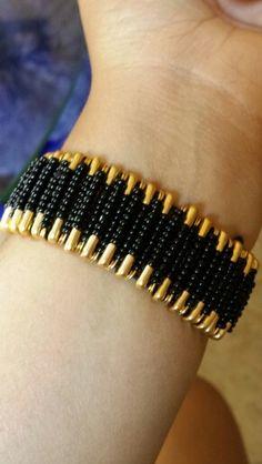 Diy saftey pin bracelet Safety Pin Art, Safety Pin Crafts, Safety Pin Jewelry, Safety Pins, Handmade Wire Jewelry, Metal Jewelry, Beaded Jewelry, Beaded Bracelet Patterns, Jewelry Patterns