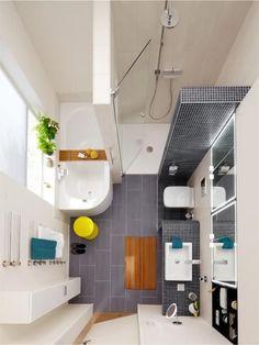 Un aménagement très bien pensé dans cette petite salle de bains avec une douche et une baignoire
