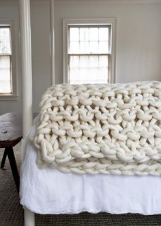 Whoa. Those are some big-ass knitting needles! <3 <3 Big Little Dandelion Garter Blanket #knitting #blanket #blankets