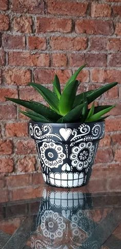 Mexican Day of the Dead Sugar Skull hand painted plant pot. Black and white - Pflanzen Pintura Sugar Skull, Sugar Skull Painting, Sugar Skull Art, Sugar Skull Crafts, Sugar Skull Decor, Sugar Skulls, Painted Plant Pots, Terracotta Plant Pots, Painted Flower Pots