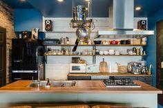 キッチンの壁には白い無垢材の背板を貼り、明るい印象をプラス。