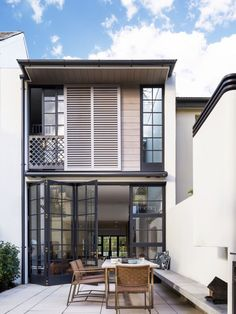 This modern row house an internal courtyard at the rear of the home accessed through the main floor. A built-in bench provides seating for an outdoor dining table. Layouts Casa, House Layouts, Row House Design, Modern Townhouse, Balkon Design, Internal Courtyard, Cute House, Facade Design, Patio Design