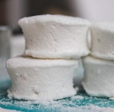 Simple Old-Fashioned Marshmallows (Corn Syrup Free) Ingredients 2 Tablespoons gelatin envelopes Knox) 1 Cup cold Water, divided 2 Cups granulated Sugar ½ Cup powdered Sugar ¼ Teaspoon Salt 2 Teaspoons vanilla extract Homemade Marshmallows, Homemade Candies, Marshmallow Recipe No Corn Syrup, Old Fashioned Marshmallow Recipe, Candy Recipes, Sweet Recipes, Dessert Recipes, Just Desserts, Delicious Desserts