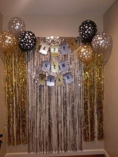 Make your New Year's Eve decoration earn Brownie points with these awesome New Years Eve Party Decorations. You'll love these NYE Party decoration ideas. Birthday Decorations At Home, New Years Decorations, Decoration Table, Birthday Party Decorations, New Year's Eve Party Themes, Ideas Party, Deco Ballon, New Year's Eve Celebrations, Nye Party