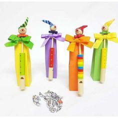 Silbato cabecitas de payasos en caja alta con tarjeta,Detalles para niños en madera: Silbato en madera con la cabecita de un payaso. #detallescumpleañosinfantiles #regalitosparalosniñosbaratos #birthdayideas #madera #regaloscumpleañosenmadera #regalosbaratosniños #regalosbaratosinfantiles #ideasparacumpleañosinfantiles #detallesparacumpleaños #llevarregalitosalaguardecumpleaños #cumpleaños #regalos #niños #chuches