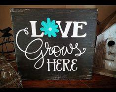 Love Grows Here Spring Garden Flower Wood Hand Painted Distressed Sign Garden Crafts, Garden Art, Garden Drawing, Garden Ideas, Pallet Signs, Wood Signs, Painted Signs, Hand Painted, Crafts To Make