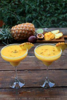 Cóctel margarita con frutas tropicales y tequila Fruit Juice Recipes, Pineapple Recipes, Juicer Recipes, Fruit Drinks, Yummy Drinks, Cold Drinks, Alcoholic Drinks, Beverages, Tropical Margarita Recipe