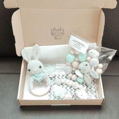 ...und so schaut's aus, wenn ich dann die Päckchen packe. :-) Ich finde die Farbkombi grau und mint super-süß!!! :-) @jenny3582 #häkeln #rassel #kinderwagenkette #schnullerkette #päckchen #handmade #tina_empunkt