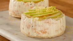 Recette avec instructions en vidéo: Un cheesecake salé parfait pour un repas original. Ingrédients: 2 tranches de pain de mie, 4 tranches de saumon fumé, 100g de Boursin, 150g de fromage blanc, 1 oeuf, 1 pomme granny smith, quelques gouttes de jus de citron