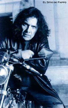 Pappo Norberto Aníbal Napolitano (10 de marzo de 1950 - 25 de febrero de 2005), mas conocido como Pappo, fue un guitarrista, cantante y compositor de blues, rock y metal argentino. Fue integrante del grupo Los Abuelos de la Nada, Engranaje, Los Gatos, a fines de los '60, de Manal, Conexión Nº 5 y La Pesada del Rock and Roll; y fundó Pappo's Blues en los '70 y Riff en los '80, bandas con las que tocaba en forma simultánea. Pappo era apodado como «El Carpo».