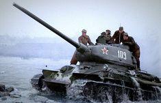 Tankers du 1er front ukrainien sur le T-34-85 avec la queue numéro 109 surmonte la rivière en Tchécoslovaquie. La voiture de presse plus tard en 1944. Établi bavettes d'urgence, probablement au cours de la réparation. Dans l'image sont clairement des «cils» visibles complètement ouverts - couverture blindée prisme mécanique d'observation des instruments - le conducteur.
