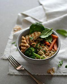Almoço rápido, e muito saboroso inspirado na receita de Pad Thai do blog... Desta vez misturei outros vegetais e noodles (ou esparguete) com este molho delicioso de amendoim...  (Receita em: https://www.instagram.com/p/BFYz__JB9zx/?taken-by=marciagoncalves_cc )
