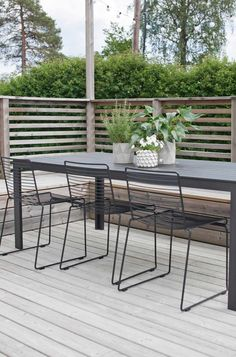 Outdoor dining area garden design simple furniture When old inside concept, this pergola continues to Diy Garden Furniture, Simple Furniture, Outdoor Furniture Sets, Furniture Ideas, Outdoor Dining, Dining Area, Outdoor Chairs, Outdoor Decor, Rattan Chairs