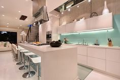 Audacious contemporary kitchen in white and blue