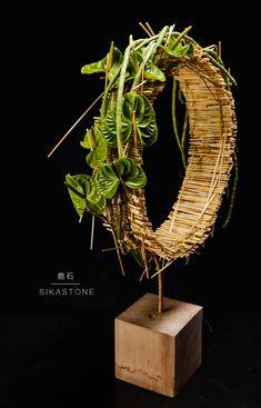 me ~ Funky designs Contemporary Flower Arrangements, Flower Arrangement Designs, Unique Flower Arrangements, Ikebana Flower Arrangement, Floral Centerpieces, Flower Designs, Art Floral, Deco Floral, Flower Show