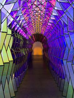 Icelandic artist Olafur Eliasson has created a one-of-a-kind, kaleidoscope-like tunnel. Made of stained glass triangles and black piping, as you walk through the tunnels, the colours disappear. Looking behind masks the colours in all black. Bühnen Design, Grid Design, Club Design, Studio Olafur Eliasson, Icelandic Artists, Of Wallpaper, Light Art, Oeuvre D'art, Installation Art