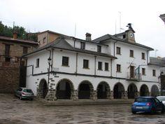 Plaza Mayor y Ayuntamiento de Casares de Las Hurdes.