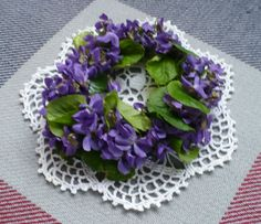 Garland is possible to weave a variety of materials. Here, for example, used spring violet