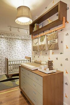 Decorado com móveis e acessórios da Ri-Pô-Pi, o espaço ficou lúdico e aconchegante. A floresta aparece no papel de parede e ursinhos de pelúcia