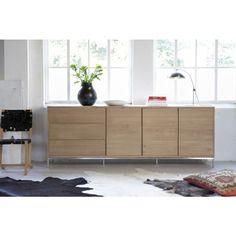 Lofty dressoir van eiken hout gemaakt met RVS pootjes. Drie deuren en drie laden. Strak en modern van het merk Foucault.