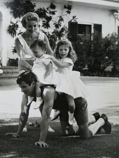 1960 private photo Tony Curtis and Janet Leigh with their daughters, Jamie Lee and Kelly Curtis.