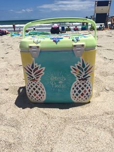 like the idea of pineapples on cooler - mom' cooler beach please Diy Cooler, Coolest Cooler, Beach Cooler, Fraternity Coolers, Frat Coolers, I Cool, Cool Stuff, Bubba Keg, Cooler Designs