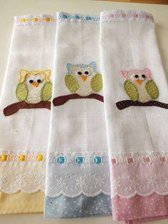 Lindas fraldinhas de boca para bebês. Podem ser customizadas de acordo com o sexo da criança. São bordadas manualmente garantindo assim toda a qualidade e capricho na decoração de todos os detalhes do seu produto. Os temas assim como as cores podem ser customizadas tambem! Faça já a sua en... Diaper Clutch, Embroidery Applique, Diy And Crafts, Sewing Projects, Quilts, Blanket, Baby, Kids, Inspiration