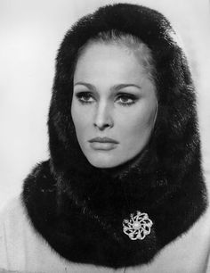 Ursula Andress - They don't make women like these anymore Ursula Andress, James Bond, James Dean, Dean Martin, Jeanne Moreau, Old Hollywood Glamour, Classic Hollywood, Hollywood Divas, Vintage Hollywood
