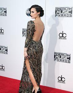 Vestido de Demi Lovato no American Music Awards 2015 | Demi's retro backless look for the AMA's