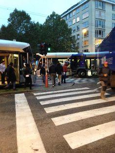Une importante collision entre un tramway et un semi remorque a eu lieu tôt ce matin au coin de l'Avenue Molière. Le conducteur du semi-remor...