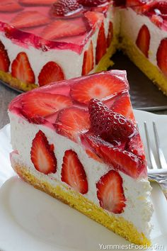 Strawberry Cheesecake cake prepare dinner time: 40 minutes overall time: 40 mins Strawberry cheesecake, love at the start chew! This cake with cheese and strawberry combination may be very tasty, scrumptious, brief and very refreshing! Just Desserts, Delicious Desserts, Yummy Food, Cupcake Recipes, Dessert Recipes, Cheesecake Cake, Strawberry Recipes, Food To Make, Sweet Treats