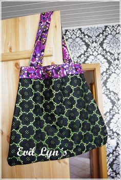 Toller Shopper in schönen Sommerfarben. Der schwarze gestickte Stoff macht diese Tasche zu einem absoluten Hingucker.    Ideal auch als Strandtasche,