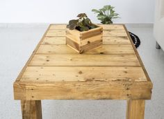 Mesa realizada a partir de maderas recicladas por Sonia Trenado